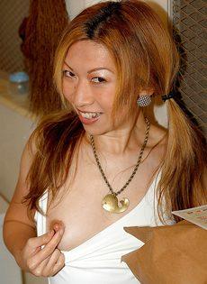 Азиатская девушка раздевается и готовится к мастурбации - фото #3