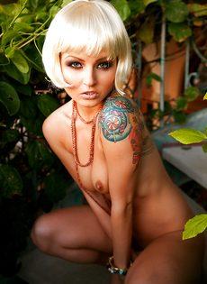 Соблазнительная блондинистая девушка с татуировкой на плече - фото #2