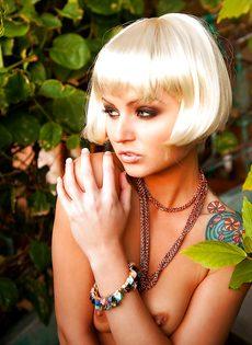 Соблазнительная блондинистая девушка с татуировкой на плече - фото #3