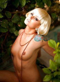 Соблазнительная блондинистая девушка с татуировкой на плече - фото #5
