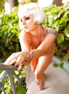Соблазнительная блондинистая девушка с татуировкой на плече - фото #7