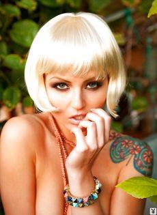 Соблазнительная блондинистая девушка с татуировкой на плече - фото #16