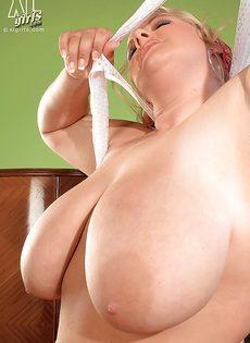Откровенная фото сессия жирной белобрысой женщины - фото #16