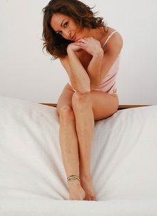 Veronica Hoyos уверенно снимает с себя абсолютно всю одежду - фото #3
