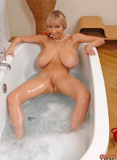 Сногсшибательная блондинка с огромными буферами принимает ванну - фото #15