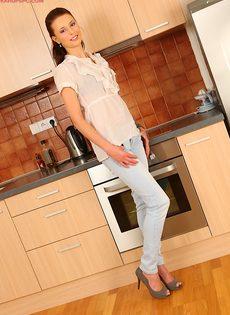 Худая сучка с длинными ножками позирует дома на кухне - фото #1