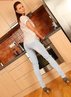 Худая сучка с длинными ножками позирует дома на кухне - фото #2
