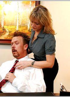 Белокурая помощница ублажает начальника в кабинете - фото #3