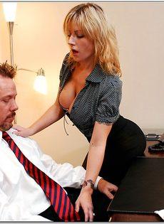 Белокурая помощница ублажает начальника в кабинете - фото #4