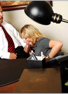 Белокурая помощница ублажает начальника в кабинете - фото #5