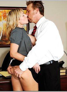 Белокурая помощница ублажает начальника в кабинете - фото #6