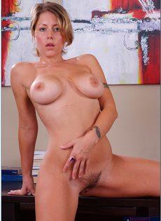 Блондинка с большой грудью показала интимную стрижку на лобке - фото #15