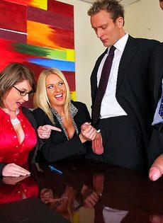 Деловых женщин хорошенько отперли в офисе после работы - фото #3