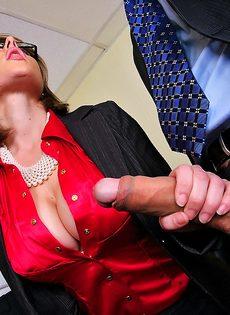Деловых женщин хорошенько отперли в офисе после работы - фото #4