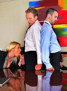Деловых женщин хорошенько отперли в офисе после работы - фото #6