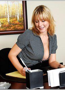 Секретарша с шикарной грудью обнажается на рабочем месте - фото #2