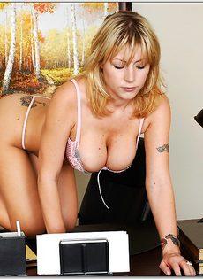 Секретарша с шикарной грудью обнажается на рабочем месте - фото #9