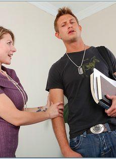 Красивая преподавательница не устояла перед подкачанным студентом - фото #1