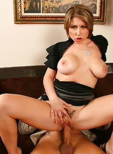 Секретарша решила соблазнить начальника и показала ему грудь - фото #9