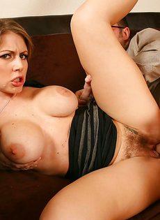 Секретарша решила соблазнить начальника и показала ему грудь - фото #12