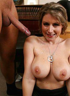 Секретарша решила соблазнить начальника и показала ему грудь - фото #16