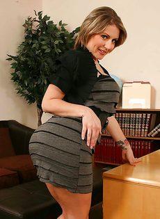 Преподавательница мастурбирует промежность в аудитории - фото #2
