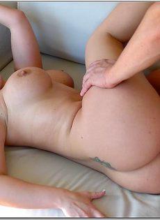 Влюбленные трахнулись на диване и получили приятные ощущения - фото #7