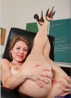Преподавательница закрылась в классе и помастурбировала - фото #13