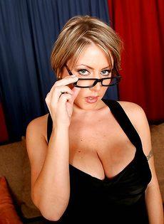 Серьезная женщина вываливает напоказ большую грудь - фото #