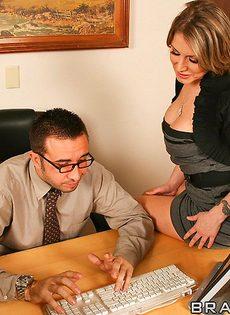 Начальник насаживает на член симпатичную секретаршу - фото #