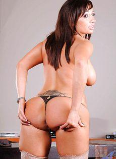 Красотке нравится мастурбировать киску после рабочего дня - фото #5