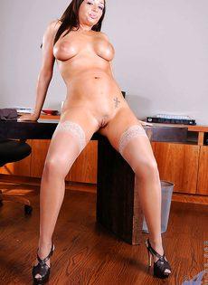 Красотке нравится мастурбировать киску после рабочего дня - фото #7