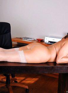 Красотке нравится мастурбировать киску после рабочего дня - фото #12