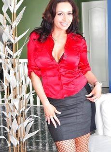 Женщина с большой жопой в сексуальных сетчатых колготках - фото #1