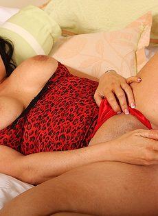 Пышная сучка показала интимные зоны и занялась мастурбацией - фото #3