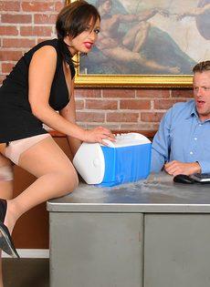 Начальник и секретарша возбудились и занялись половым актом - фото #1