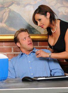 Начальник и секретарша возбудились и занялись половым актом - фото #2