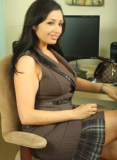 Секретарша с большой грудью и большой жопой разделась на работе - фото #1