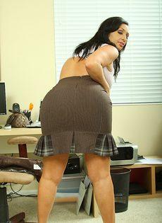 Секретарша с большой грудью и большой жопой разделась на работе - фото #5