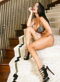 Длинноногая красавица мастурбирует сладенькую щель на ступеньках - фото #6