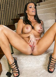 Длинноногая красавица мастурбирует сладенькую щель на ступеньках - фото #14