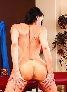 Стройная сучка Vanilla Deville нагнулась и показала прелести - фото #11