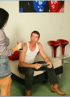 Парнишка предложил большой член шикарной брюнетке Vanilla Deville - фото #3
