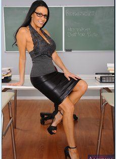 Преподавательница показала женские прелести в аудитории - фото #