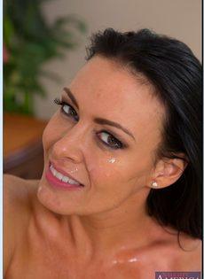 Жарит обворожительную бабенку с большими сиськами в спальне - фото #16