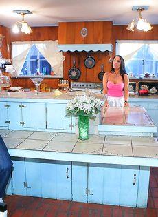 Подкачанный парень прет длинноволосую стерву на кухонном столе - фото #2