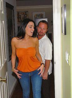 Наяривает изумительную длинноногую девушку в мокрую пизденку - фото #1
