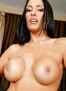 Сиськастая женщина легко снимет с себя сексуальные трусики - фото #11