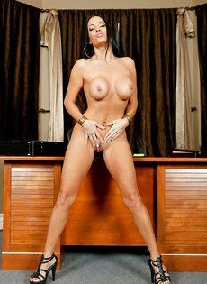 Сиськастая женщина легко снимет с себя сексуальные трусики - фото #14