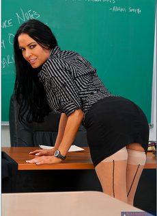 Учительница пришла на работу в чулках и в красивом нижнем белье - фото #3
